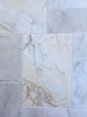 Kamenný obklad/dlažba Mramor Alexandria, francúzsky vzor-hr.1,2 cm